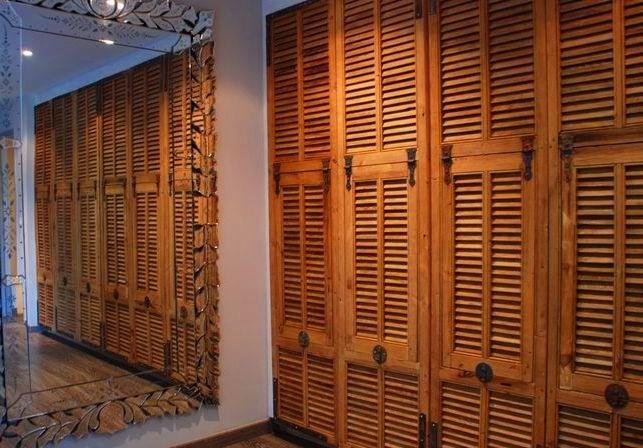 мебель с жалюзийными дверцами имеет современный и оригинальный вид.