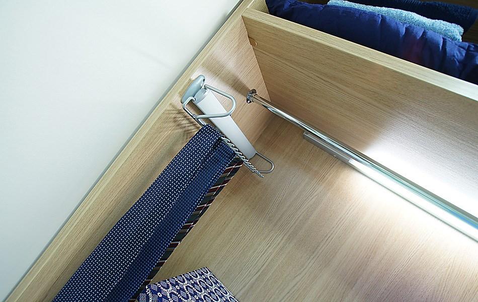 Выдвижная вешалка для галстуков и ремней